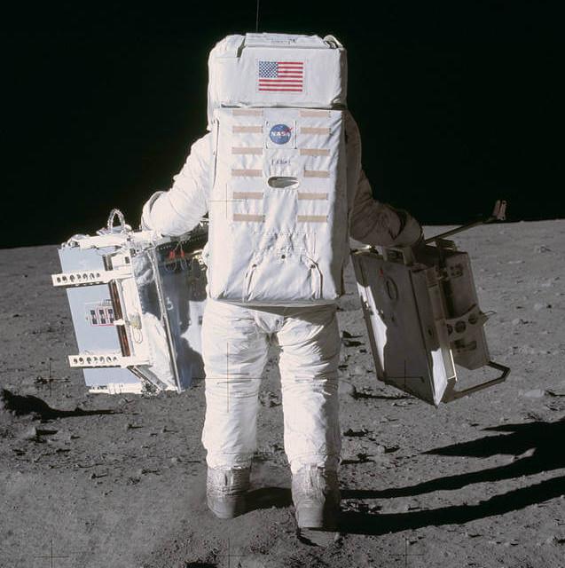 Imagens do homem caminhando na Lua