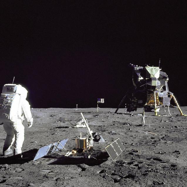 Fotos da missão Apollo 11 na Lua não mostram estrelas no céus.