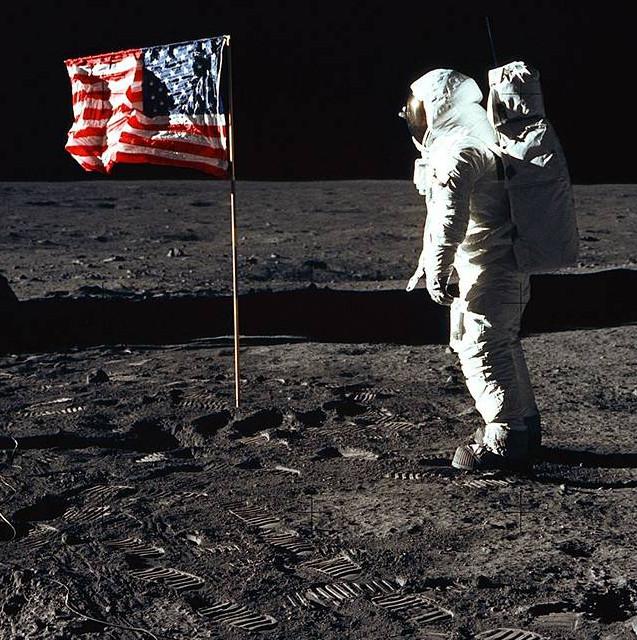 Foto da bandeira Americana na Lua durante a missão Apollo 11 que foi colocada pelo astronauta Edwin E. Aldrin Jr.