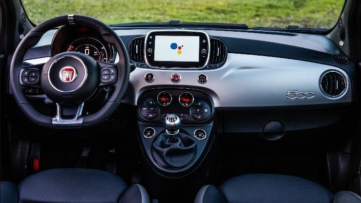 Painel multimídia Fiat 500 com Google Assistente.