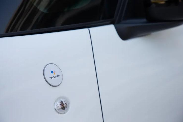 Detalhe do logo Hey Google no novo FIAT 500